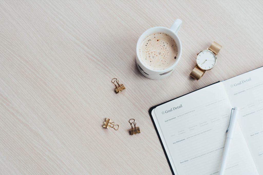 carnet-de-notes-avec-tasse-de-café-et-montre